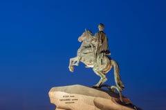 Cavalier en bronze la nuit St Petersburg image stock