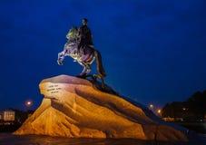 Cavalier en bronze sous la pluie de nuit, St Petersburg, Russie Photos stock
