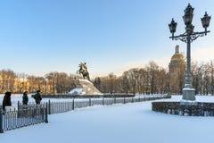 Cavalier en bronze sur la place de sénat en hiver St Petersburg Russie image stock