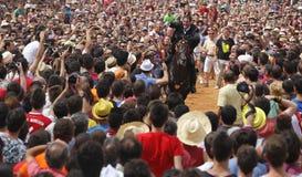 Cavalier et foule de festivité de cheval de St John Photo stock