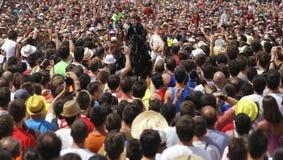 Cavalier et foule de festivité de cheval de St John Images stock