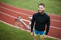 Cavalier gai barbu de bicyclette sur la voie ; Images stock