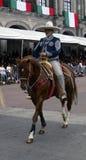Cavalier masculin mexicain dans la rue photo libre de droits