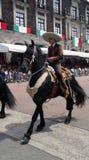Cavalier masculin mexicain dans la rue utilisant l'équipement mexicain de charro photographie stock libre de droits