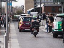 Cavalier/messager de la livraison de nourriture de moto dans le trafic images stock
