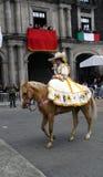 Cavalier mexicain de femme dans la rue avec la robe jaune photos libres de droits