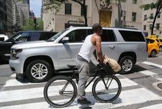 Cavalier non identifié de vélo à la 5ème avenue dans Midtown Manhattan Images stock