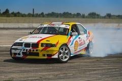Cavalier V Borovitsky sur la marque BMW de voiture surmonte la voie Photos libres de droits