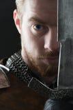 Cavaliere antico in armatura del metallo Fotografia Stock
