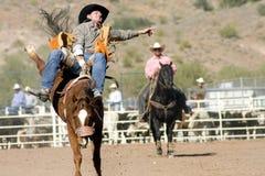 Cavaliere Bucking di Bronc del rodeo Fotografie Stock Libere da Diritti