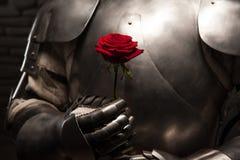 Cavaliere che dà una rosa a signora immagine stock libera da diritti