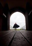 Cavaliere che lascia un castello Fotografie Stock