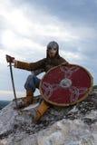 Cavaliere che si siede su una roccia immagine stock
