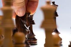 Cavaliere commovente di scacchi dell'uomo Fotografia Stock