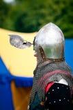 Cavaliere con la visiera dei caschi aperta Fotografia Stock