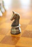 Cavaliere del metallo su una scacchiera Immagini Stock Libere da Diritti