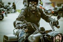Cavaliere del motociclista di Harley Davidson con la maschera del cranio fotografia stock