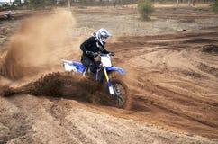 Cavaliere del motociclo impantanato nell'accantonare sciolto della sabbia fotografia stock libera da diritti