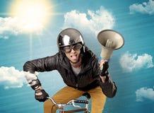 Cavaliere del nerd con la bicicletta ed il tempo piacevole immagini stock