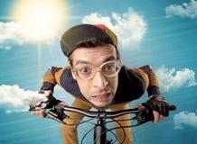Cavaliere del nerd con la bicicletta ed il tempo piacevole fotografia stock libera da diritti