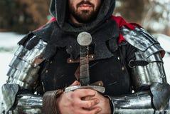 Cavaliere dell'uomo con una spada immagine stock