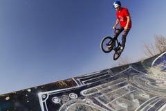 Giovane cavaliere della bicicletta del bmx Fotografie Stock