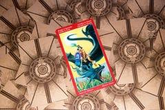 Cavaliere della carta di tarocchi dei pentacoli Piattaforma dei tarocchi del drago Priorità bassa esoterica Fotografia Stock