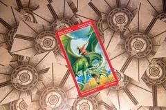 Cavaliere della carta di tarocchi delle spade Piattaforma dei tarocchi del drago Priorità bassa esoterica Fotografia Stock