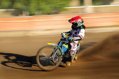 Cavaliere della gara motociclistica su pista sulla pista Fotografia Stock Libera da Diritti