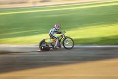 Cavaliere della gara motociclistica su pista sulla pista Immagine Stock
