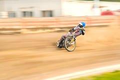 Cavaliere della gara motociclistica su pista sulla pista Immagini Stock