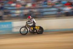 Cavaliere della gara motociclistica su pista sulla pista Immagini Stock Libere da Diritti