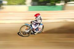 Cavaliere della gara motociclistica su pista sulla pista Fotografia Stock