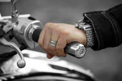 Cavaliere della mano sui manubri Fotografie Stock