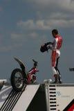 Cavaliere di acrobazia del motociclo Immagini Stock