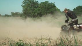 Cavaliere di ATV che fa i cerchi sul campo stock footage