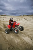Cavaliere di ATV che tira un wheelie Fotografie Stock Libere da Diritti