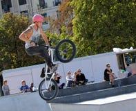 Cavaliere di BMX che fa una bici saltare, Ginevra, Svizzera Fotografia Stock