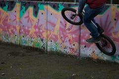 Cavaliere di Bmx dei graffiti Fotografia Stock Libera da Diritti