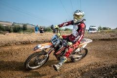 Cavaliere di motocross nella corsa Fotografia Stock