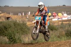 Cavaliere di motocross nella corsa Fotografie Stock