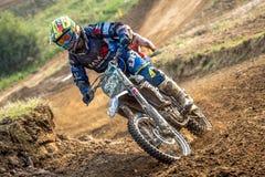 Cavaliere di motocross nella corsa Immagine Stock