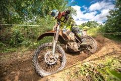 Cavaliere di motocross sulla corsa Immagini Stock
