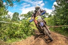 Cavaliere di motocross sulla corsa Fotografia Stock