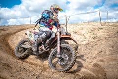 Cavaliere di motocross sulla corsa Fotografia Stock Libera da Diritti
