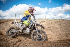 Cavaliere di motocross sulla corsa Immagini Stock Libere da Diritti