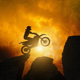 Cavaliere di Motorcircle in rocce Immagine Stock