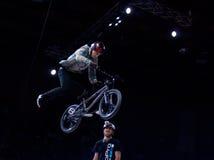Cavaliere di prova della bici di montagna Fotografie Stock Libere da Diritti
