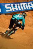 Cavaliere in discesa attraverso l'angolo alla tazza di mondo di UCI MTB Fotografie Stock