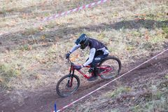 Cavaliere in discesa con la bicicletta Velocità veloce e salto Autunno 2018 fotografia stock